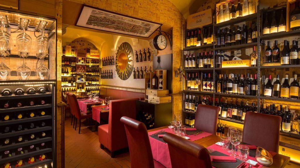 Ce restaurant propose des plats raffinés à base de truffes et autres produits de saison.