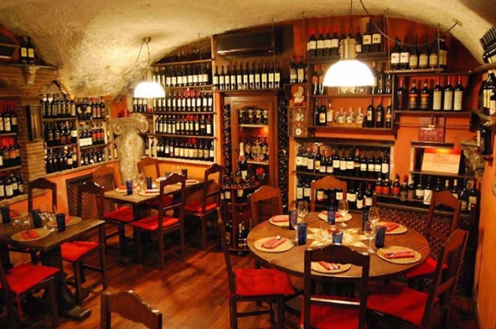 Vecchia Locanda propose des plats à base de produits de saison dans une ambiance chaleureuse cachée des foules.