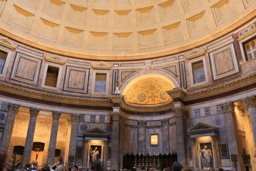 Les alcôves à l'intérieur du Panthéon à Rome