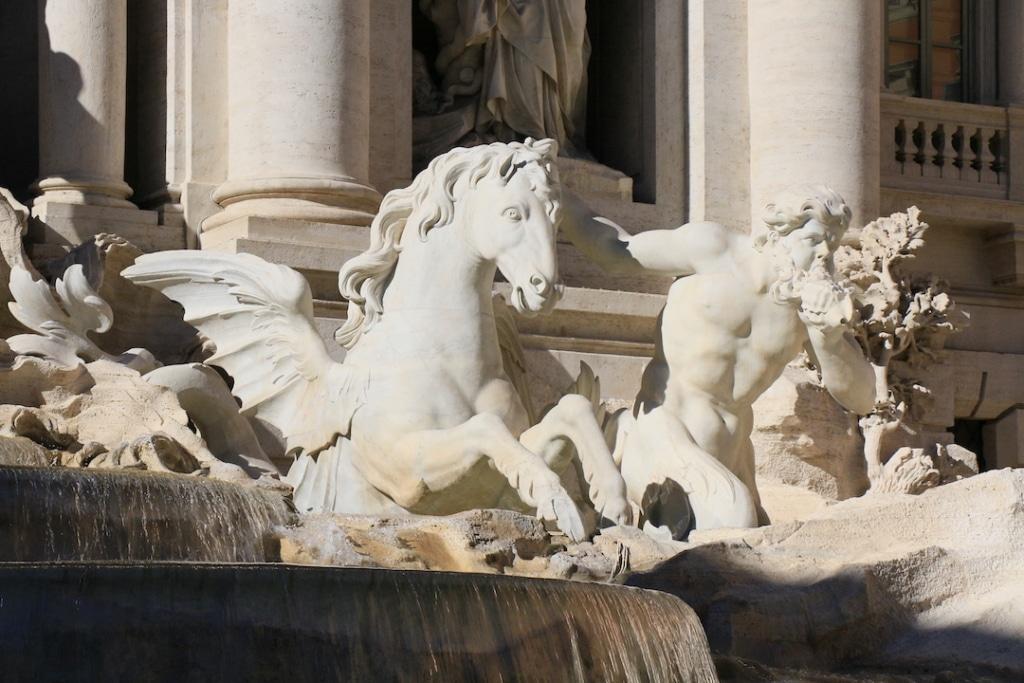 Représentation d'un cheval calme parmi les sculptures de la Fontaine de Trevi
