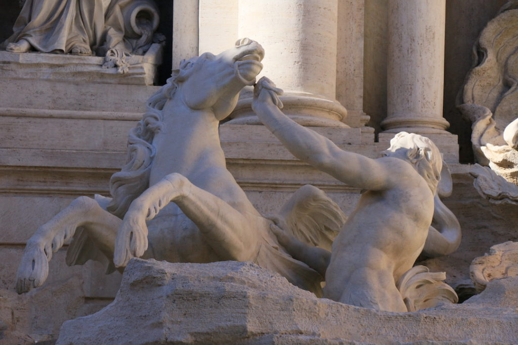 Représentation d'un cheval agité parmi les sculptures de la Fontaine de Trevi