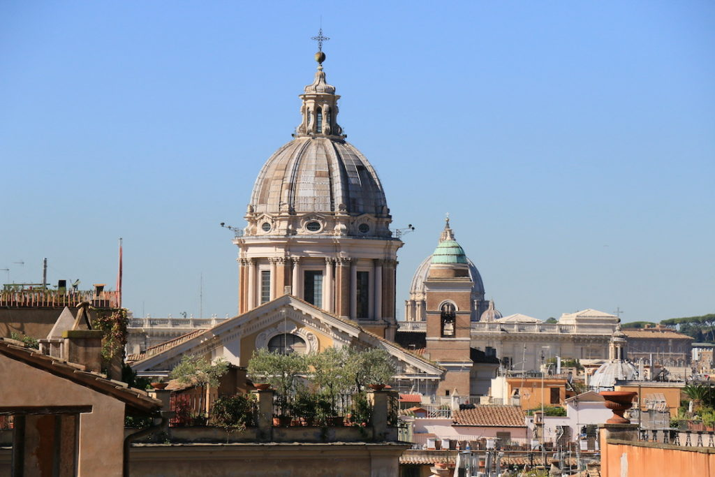 Vue sur l'église San carlo al Corso depuis les escaliers de la place de'Espagne