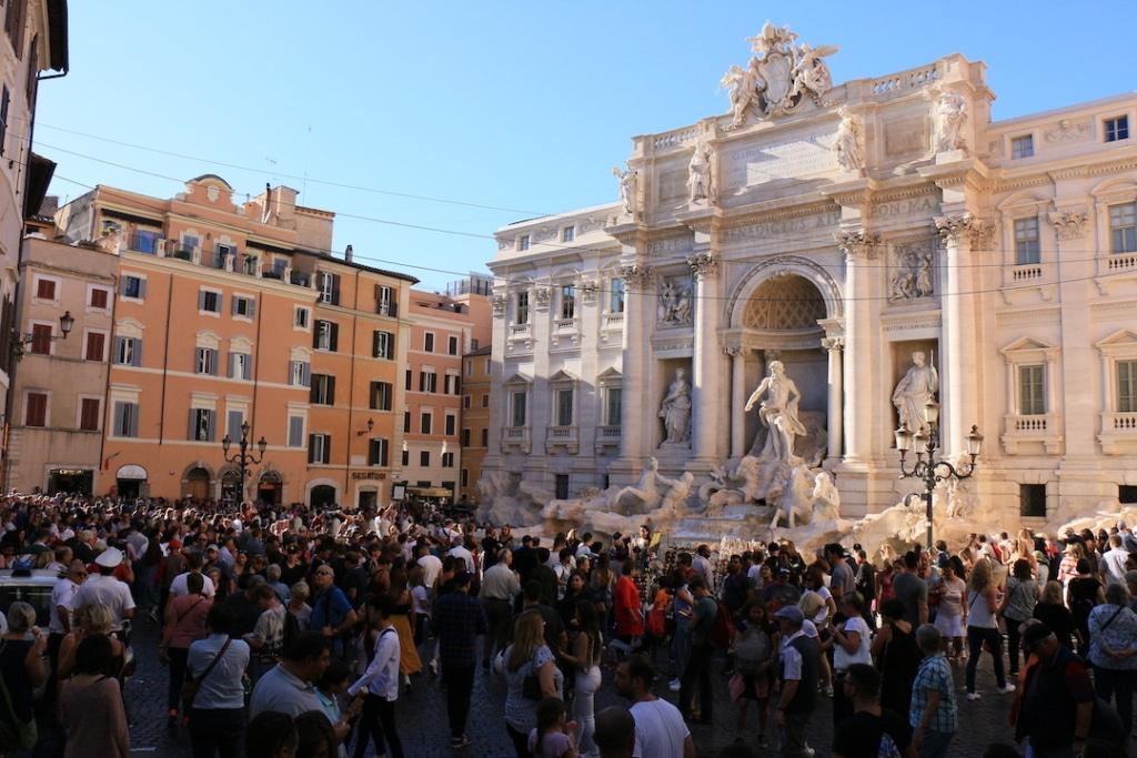 La foule devant la Fontaine de Trevi à Rome