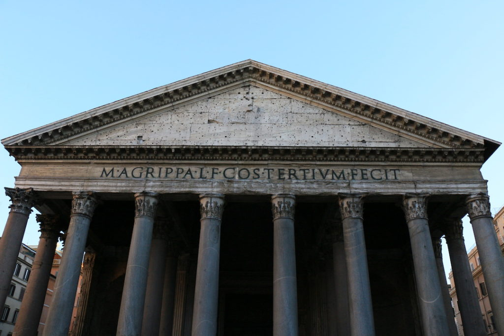 L'inscription sur la façade du Panthéon de Rome