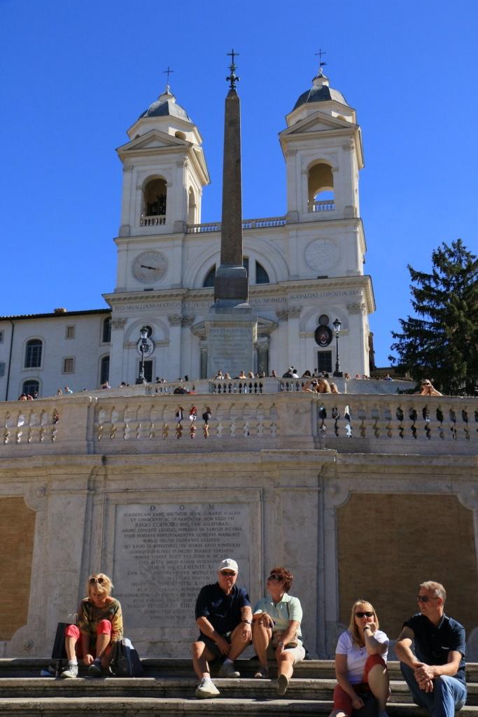 Obélisque et Eglise de la Trinité des Monts près de la Place d'Espagne à Rome