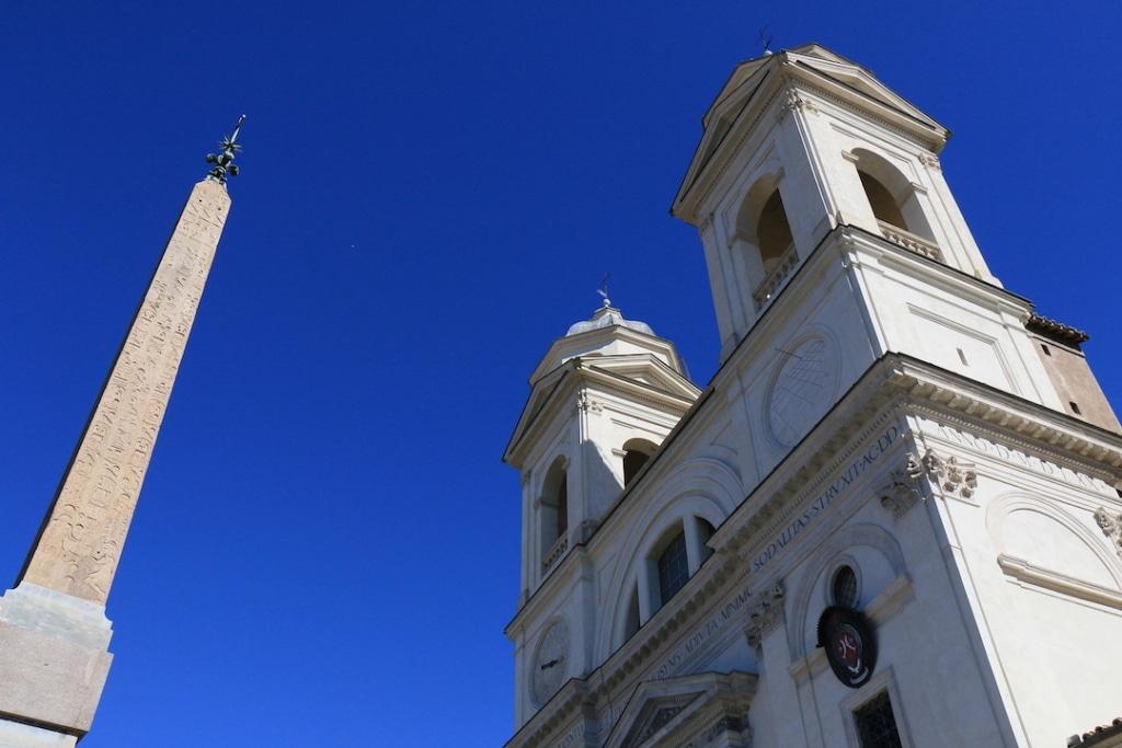 Les 2 clochers de l'église Trinité des Monts sur la place d'Espagne
