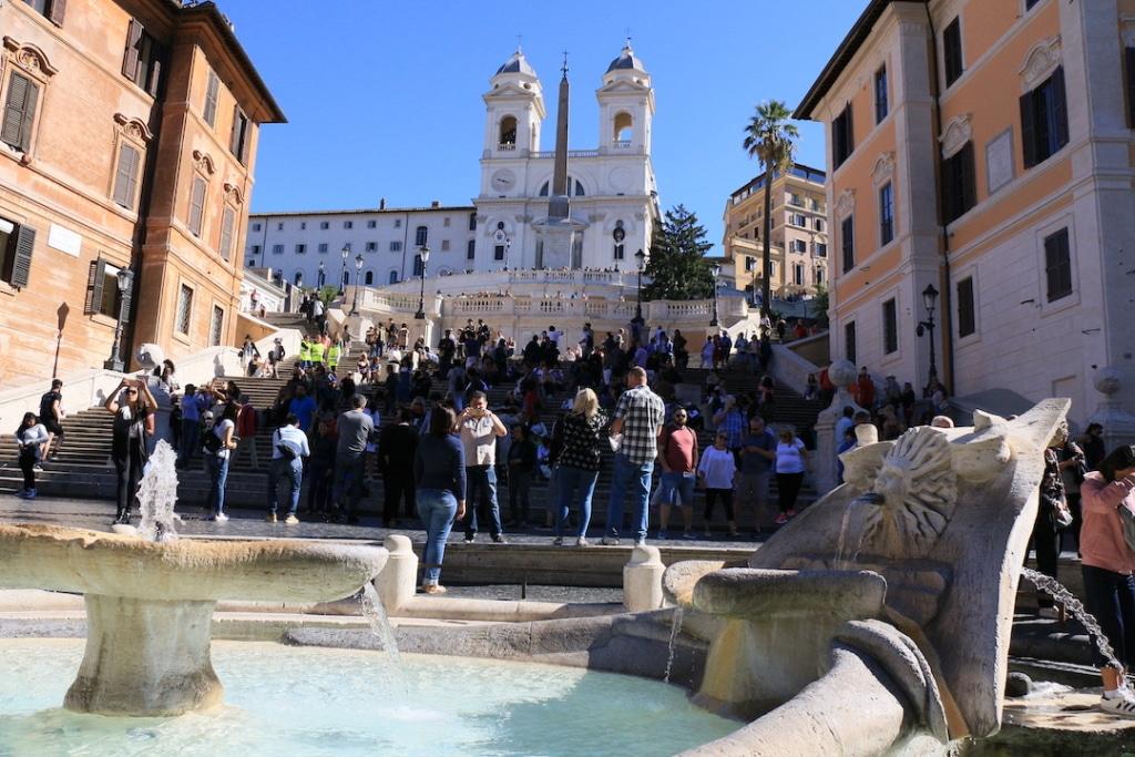 La fontaine Barcaccia, les escaliers et l'église de la Trinité des Monts de la place d'Espagne à Rome