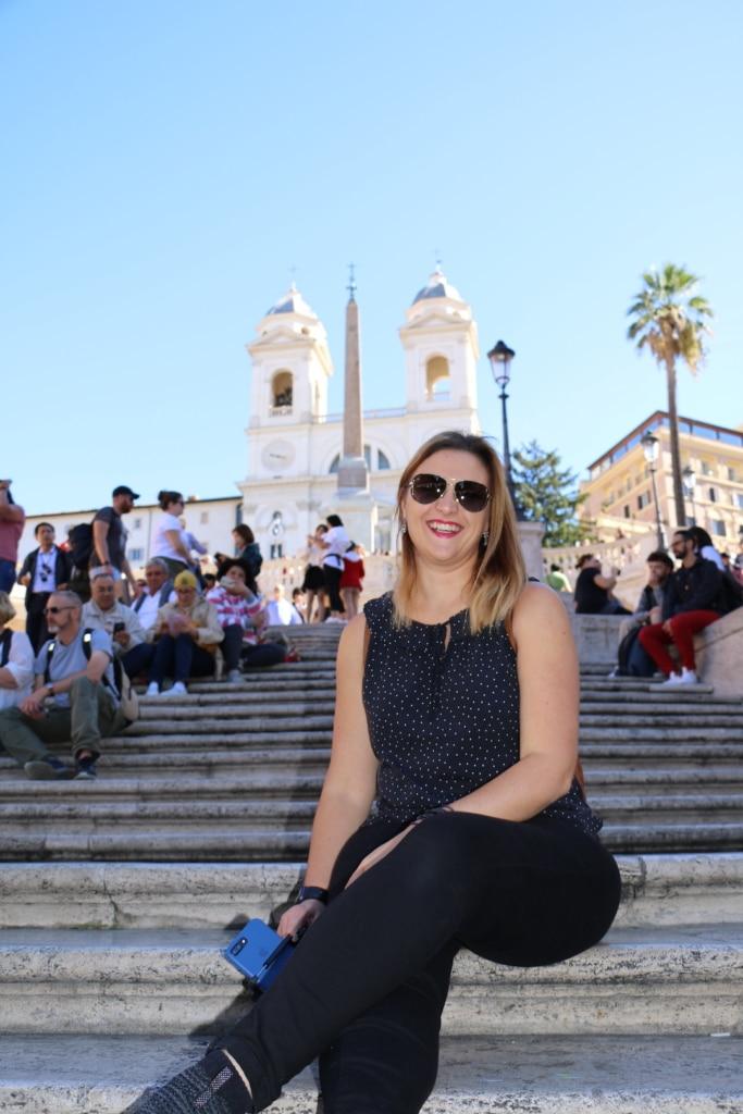 Femme dans les marches de la place d'Espagne