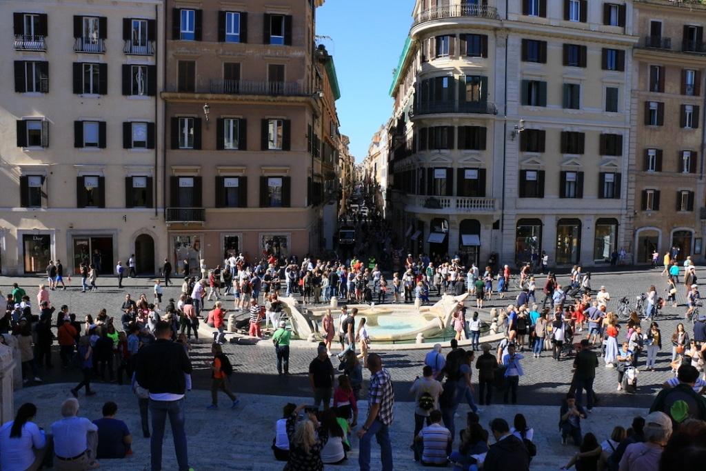 Vue sur la fontaine Barcaccia et Via Dei Condotti depuis les marches de la place d'Espagne à Rome