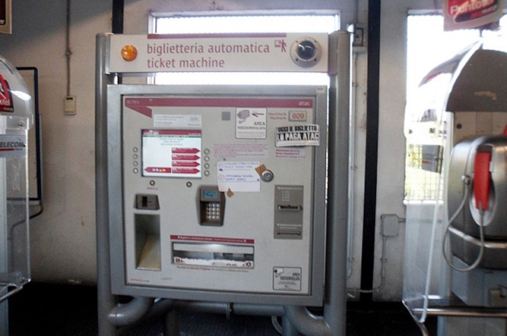 Distributeurs automatiques dans les stations de métro à Rome.