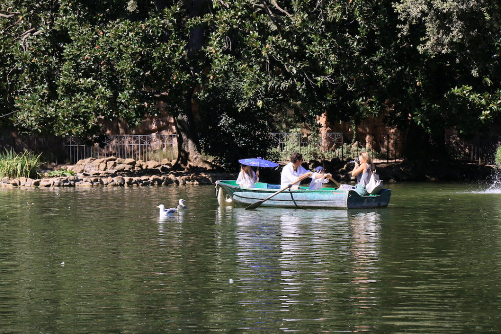 Faire de la barque sur le lac Laghetto de la Villa Borghese à Rome