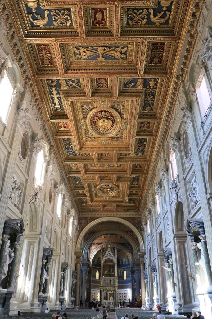 La nef de la basilique Saint Jean de Latran à Rome