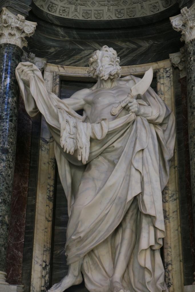 Imposante statue dans la nef de la basilique Saint Jean de Latran