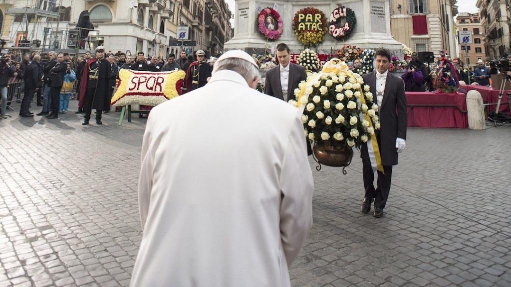 Le pape de dos durant la cérémonie de l'Immaculée Conception sur la place d'Espagne.