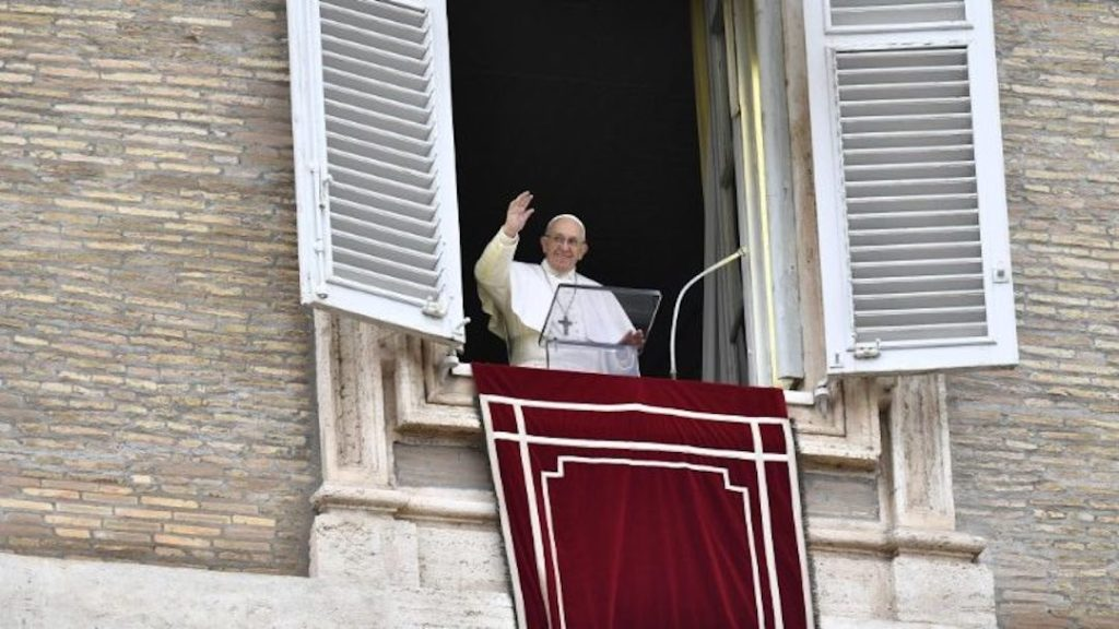 Le pape François à sa fenêtre saluant le public.