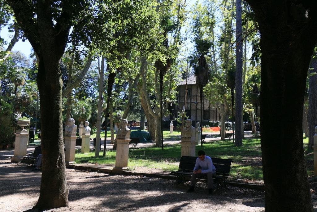 Allées de statues dans la Villa Borghese.