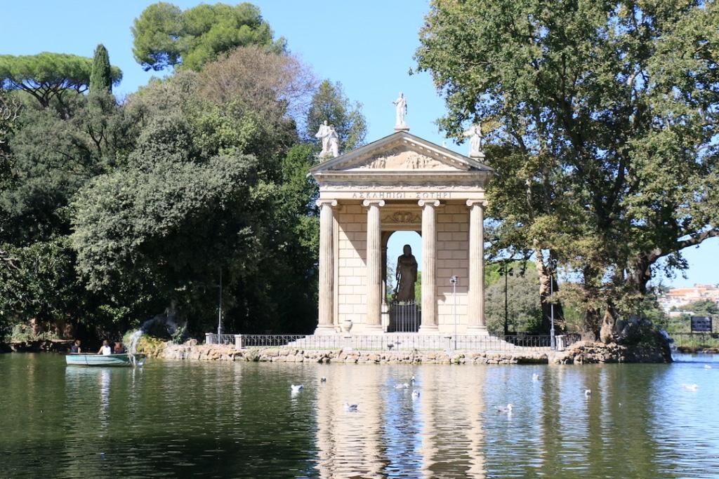 Edifice à côté du lac dans la Villa Borghese.