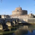 Vue sur le Château Saint Ange avec le pont devant à Rome.