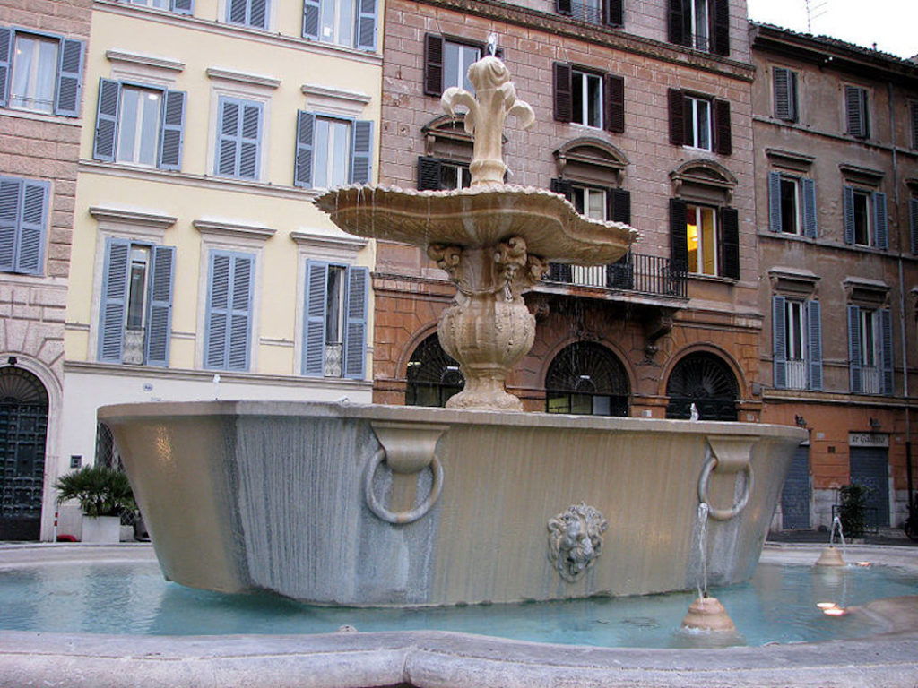 Fontaine présente sur la Piazza Farnese, en forme de bain.