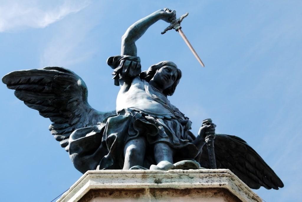 Statue de l'ange Saint Michel en haut du château Saint Ange à Rome