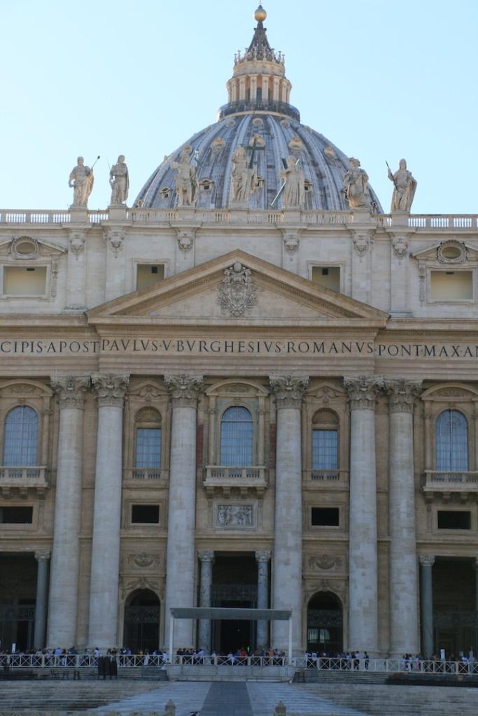Façade de la basilique Saint Pierre dans le Vatican.