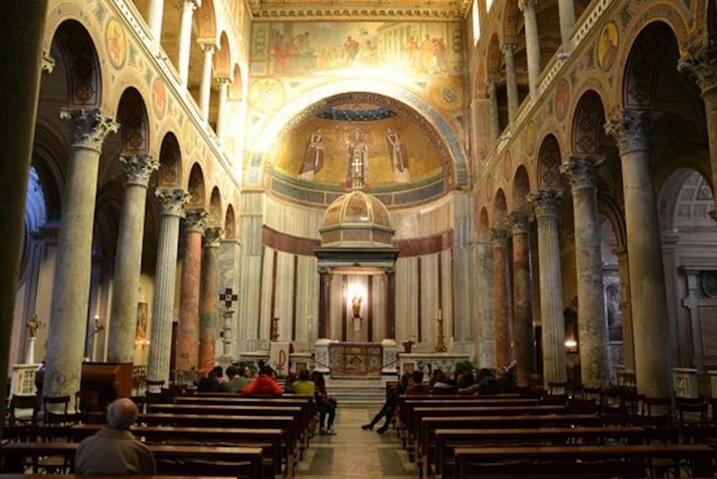 Intérieur de la basilique de Sainte Agnès-hors-les-Murs. Vue sur l'autel principal