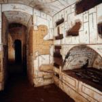 Intérieur des catacombes de Priscille. On voit une niche creusée à droite et un couloir en face.