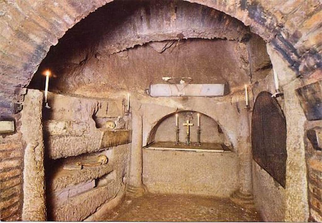 Intérieur des catacombes de Sainte Agnès. On voit des niches creusées avec quelques reliques restantes.