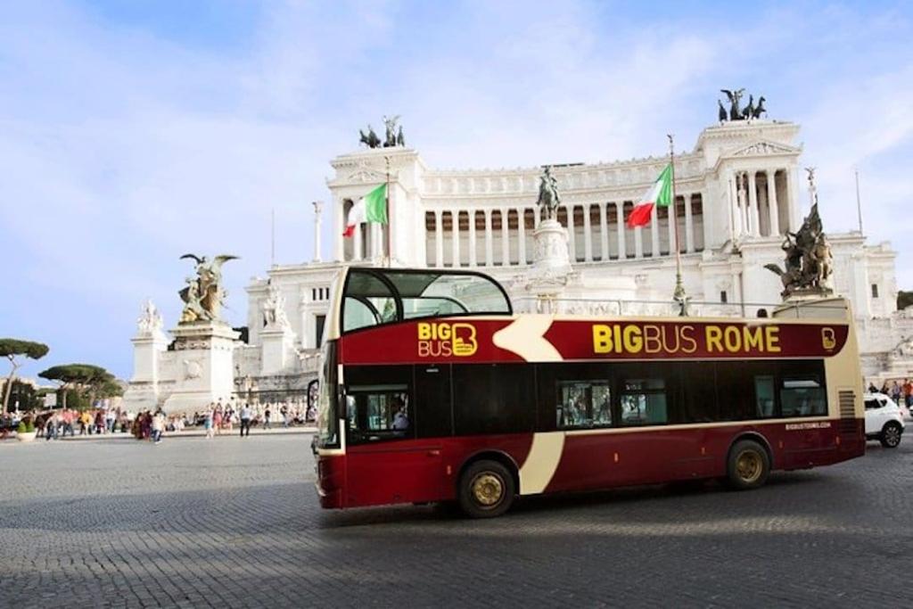 Big Bus, bus touristique devant la piazza Venezia à Rome