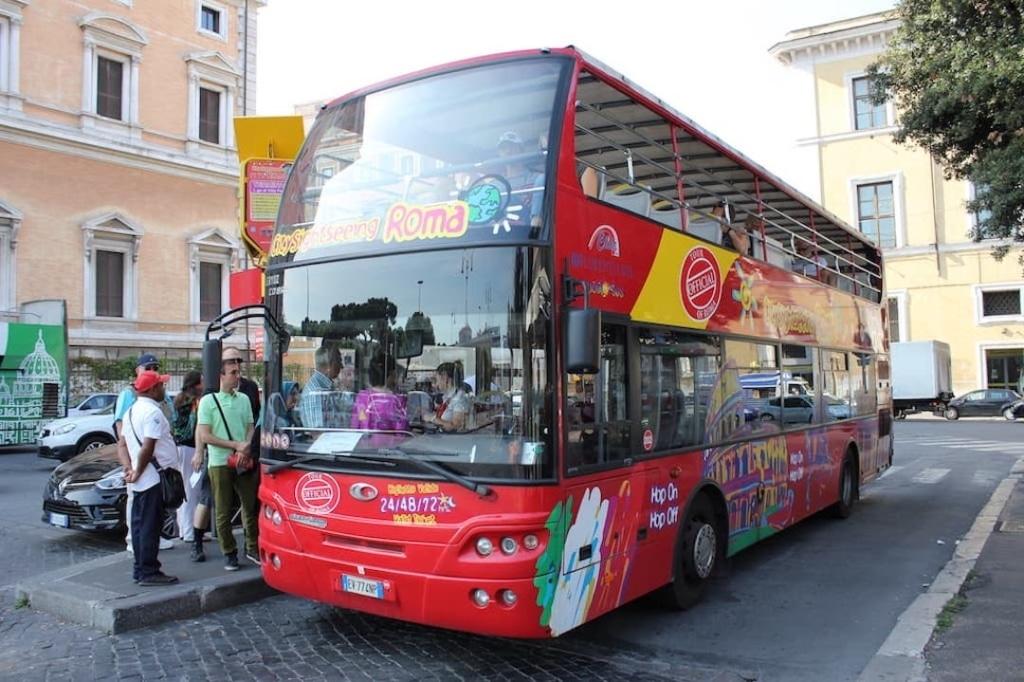 Bus touristique rouge à Rome