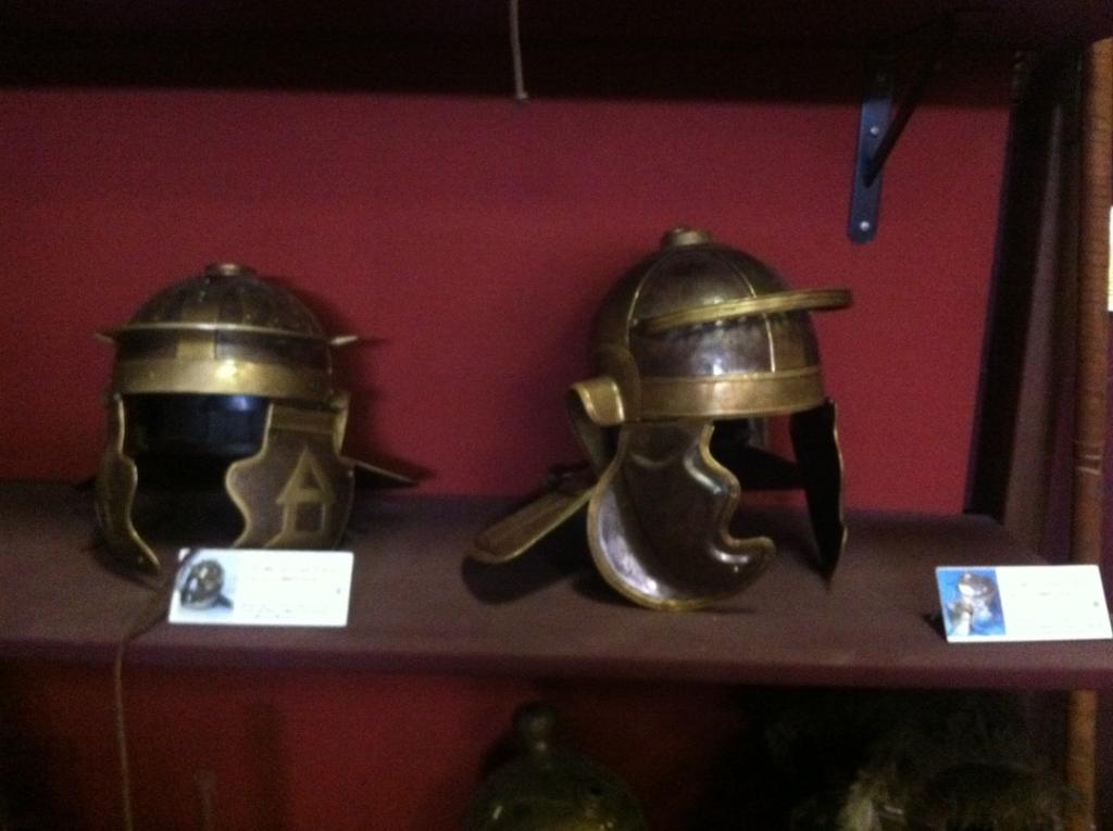 Deux répliques de casques de gladiateurs exposées dans le musée de l'école des gladiateurs à Rome
