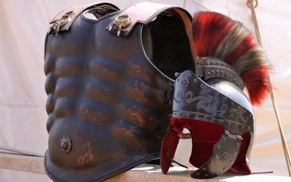 Armure et casque de gladiateurs dans le musée de l'école de gladiateurs à Rome