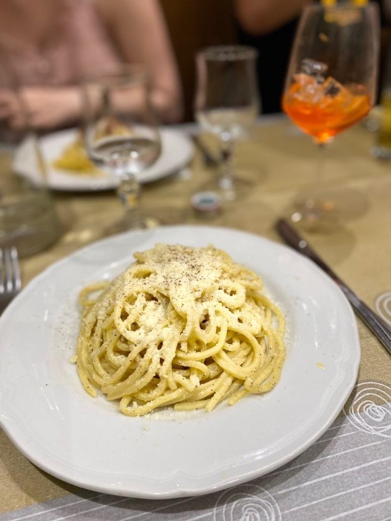 Pates cacio e pepe de la Taverna dei Monti à Rome