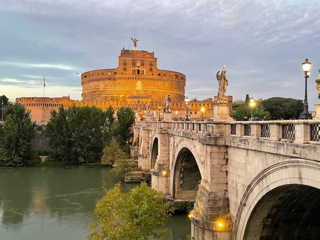 Le château Saint Ange avec le pont Saint Ange en premier plan au coucher de soleil