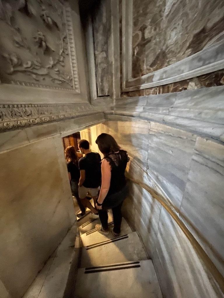 Entrée aux grottes vaticanes dans la Basilique Saint Pierre