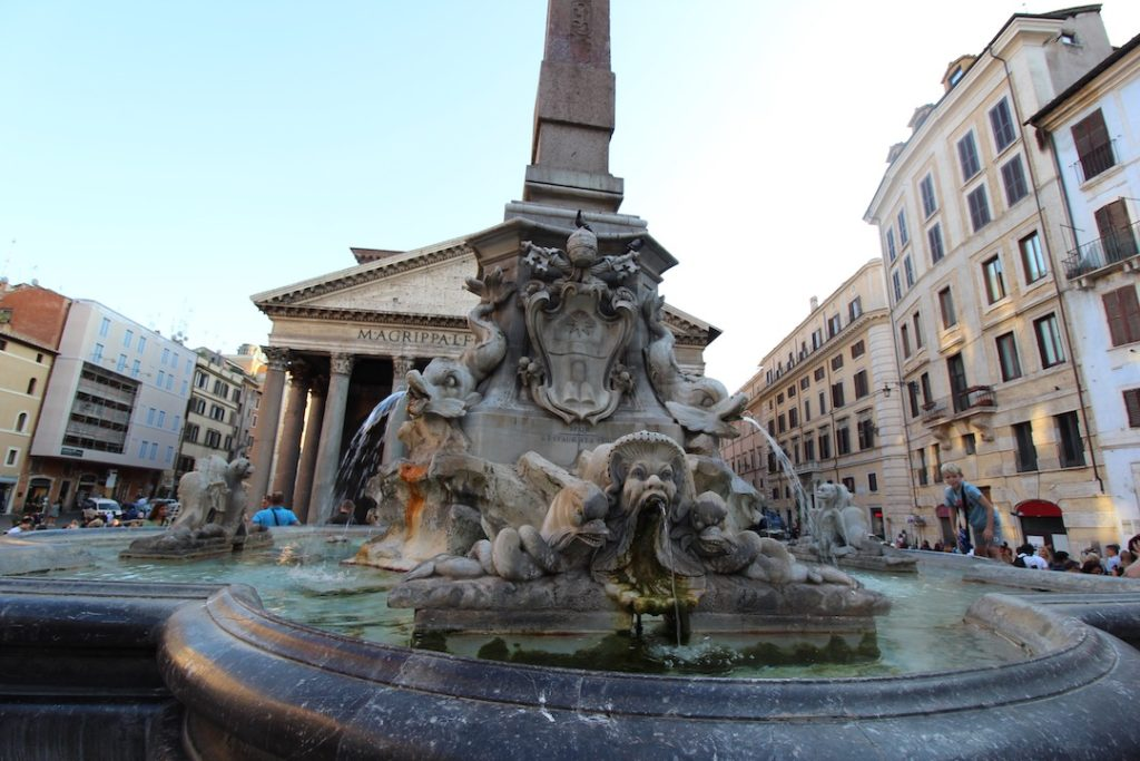 Fontaine devant le Panthéon à Rome