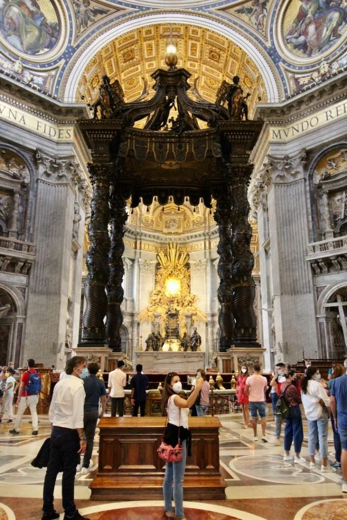 Maître autel avec le baldaquin situé dans dans la basilique Saint Pierre à Rome