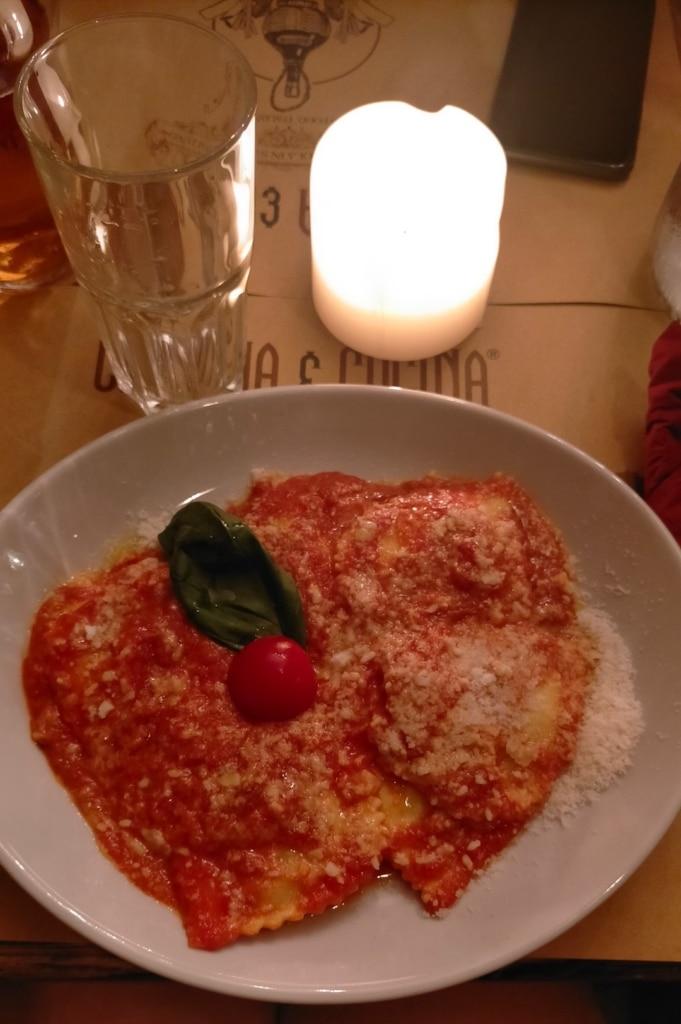 Ravioli dans de la sauce tomate au restaurant Cantina e Cucina