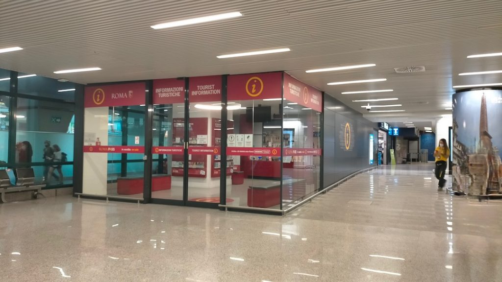 Point info à l'aéroport pour récupérer son Roma Pass