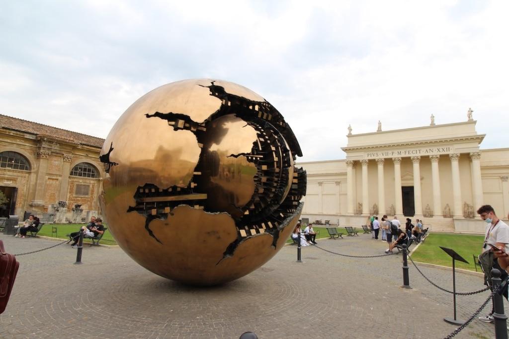 Sculpture sphérique à l'extérieur dans les musées du Vatican