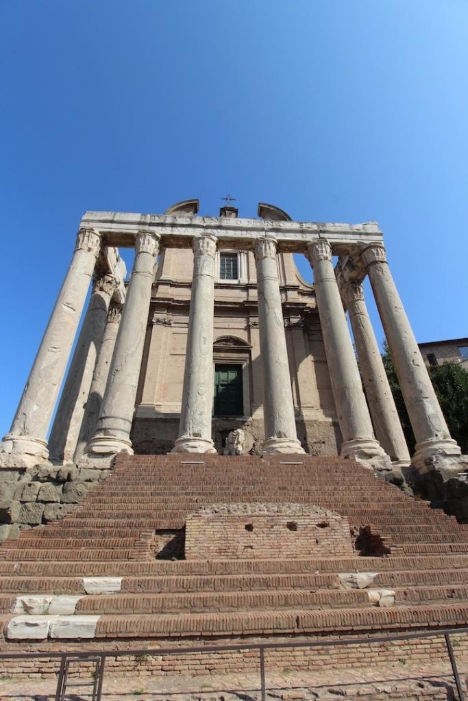 Temple d'Antonin et Faustine dans le Forum Romain à Rome